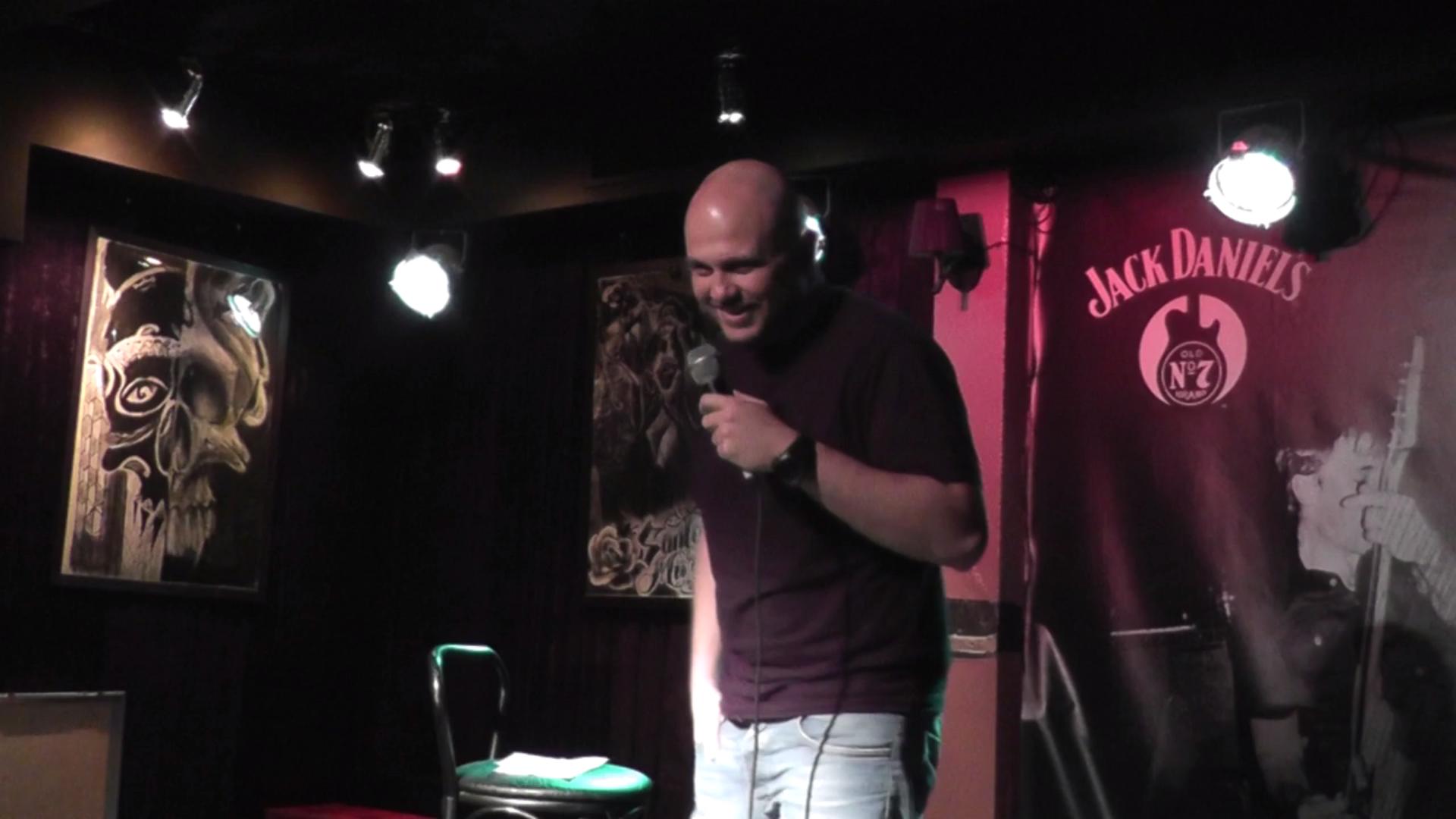 Първи професионален стендъп комедиант в България