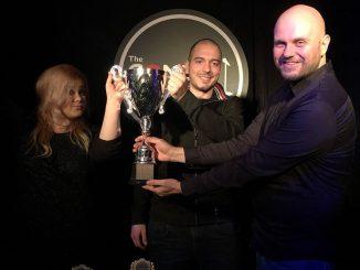 Иван Кирков връчва наградата на Николаос Цитиридис и Петя Кюпова
